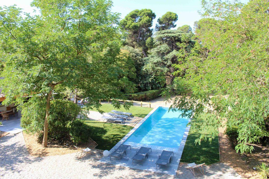 Vue de la piscine depuis les fenêtres du Château Guilhem